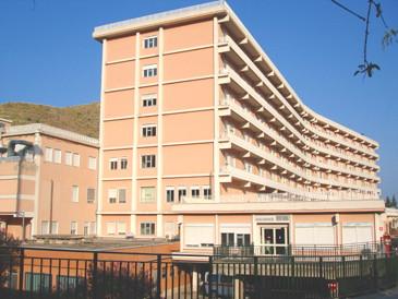 Fiumefreddo, morte sospetta in ospedale di Salvatore Cavallaro: 10 medici iscritti nel registro degli indagati. Oggi i funerali in paese