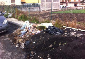 Giarre invasa dai rifiuti. Un water e altri accessori in via Dante