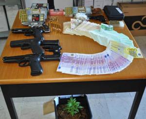 foto rinvenimento armi-munizioni-droga e denaro contante