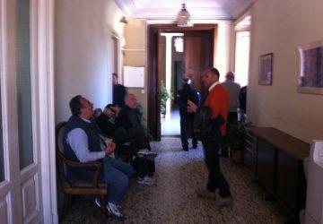 Giarre, esplode in Municipio la protesta dei lavoratori in mobilità VIDEO