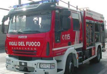 Giarre, principio d'incendio dietro il plesso Sciacca