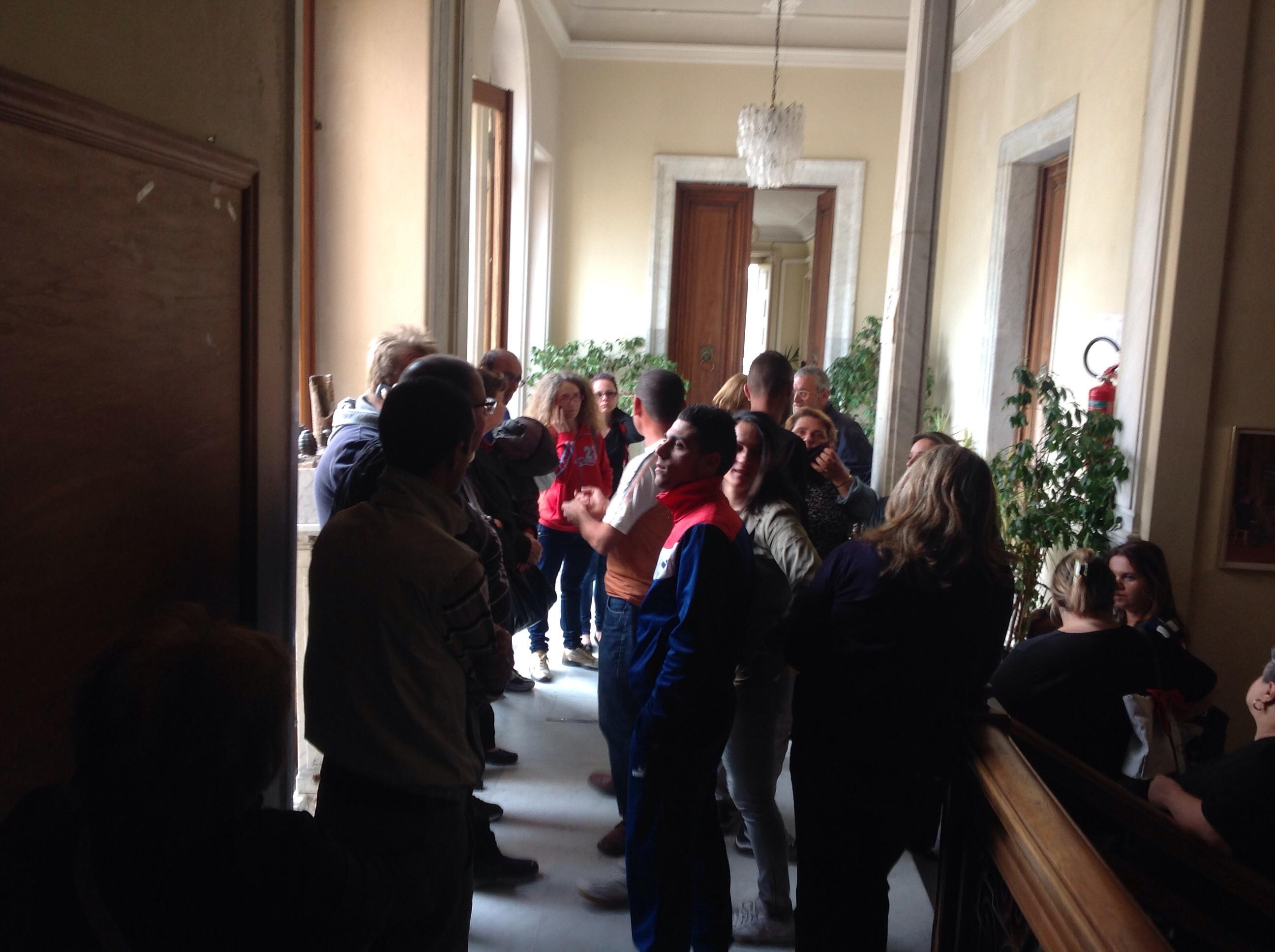 Giarre, il Comune di nuovo occupato dagli inquilini di via Carducci.Il sindaco chiude porte a stampa e consiglieri