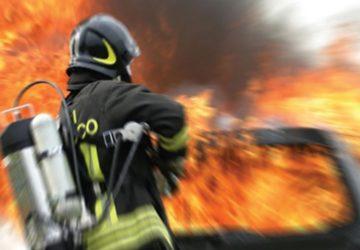 Riposto, auto incenerita dalle fiamme in via Duca del Mare