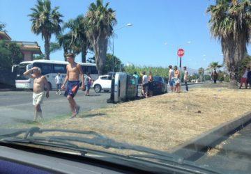 Mascali, grave incidente stradale lungo il viale Immacolata: tre auto coinvolte una cappottata