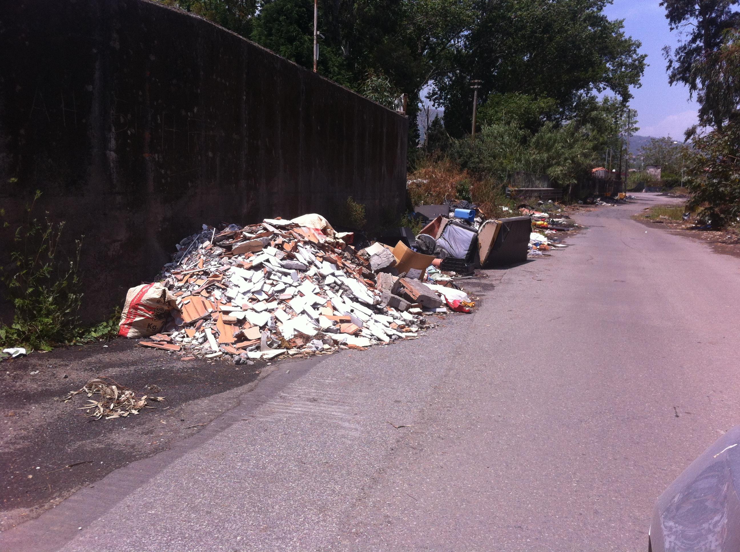 Fondachello e S.Anna sommerse dai rifiuti: inizia nel peggiore dei modi la stagione estiva