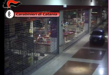 """""""Irrompono"""" con l'auto dentro il centro commerciale """"Porte di Catania"""". Ricercati VIDEO"""