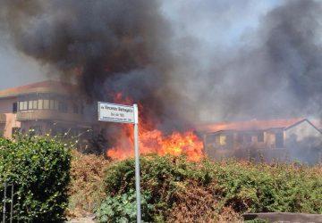 Riposto, ancora un incendio di rovi e sterpaglie a ridosso delle case VIDEO