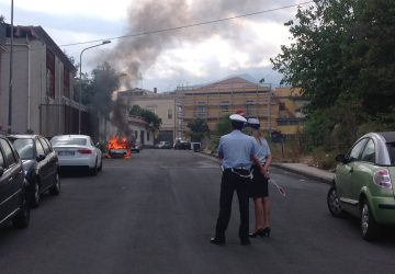 Giarre, incendio auto in via Dante  VIDEO/FOTO