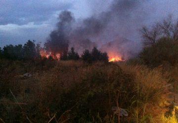 Incendio in via Foscolo: in fiamme una vasta area incolta vicina al carcere