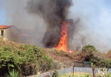 Riposto, due incendi in corso a Torre e in via M.Carbonaro
