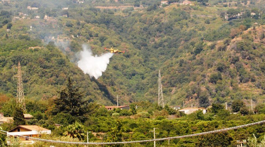 Sciara vasto incendio: in azione canadair