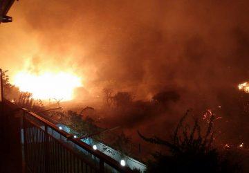 Mascali incendio circonda abitazioni di via Carrata FOTO ESCLUSIVE