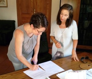 Il neo assessore Enza Bonina mentre firma l'accettazione di nomina ad assessore comunale, assistita dal segretario generale Carmela Vitetta