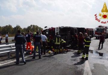 Autobotte dei Vigili del Fuoco si ribalta sulla tangenziale: un vigile in gravi condizioni VIDEO