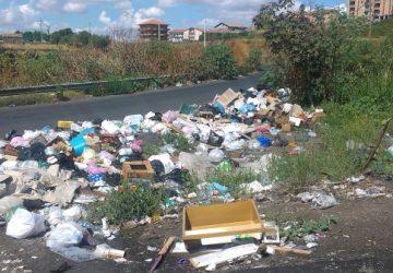 Adrano, contrada Capici sommersa dai rifiuti