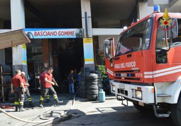 Catania, incendio in via Torino. Distrutta una officina VIDEO