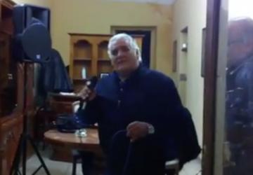 Giarre, improvvisa concerto e canta contro la crisi VIDEO