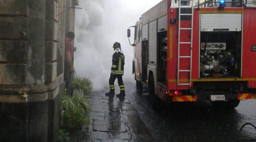 Mascalucia, un incendio minaccia abitazioni in via Santissimo Crocefisso. Intervento dei Vigili del fuoco