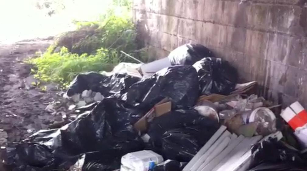 Torrente macchia sommerso dai rifiuti ingombranti for Cabine del torrente grave