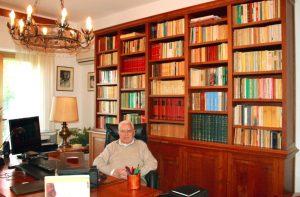 Gaetano Saglimbeni nel suo studio