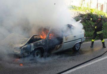 Guardia Mangano, prende fuoco auto gpl in fase di marcia: in azione i vigili del fuoco