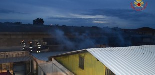 Catania, incendio in un capannone