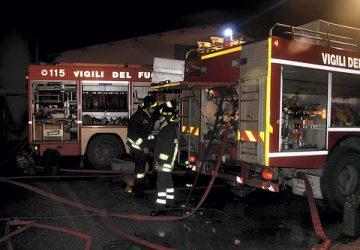 Pennisi, incendio distrugge una falegnameria. In azione da 12 ore i vigili del fuoco