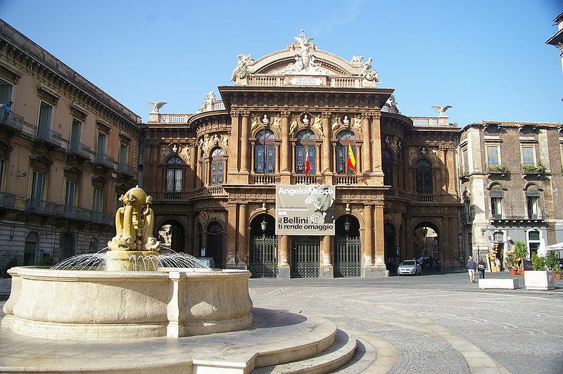 Catania, Controlli della polizia nei locali di piazza Teatro Massimo