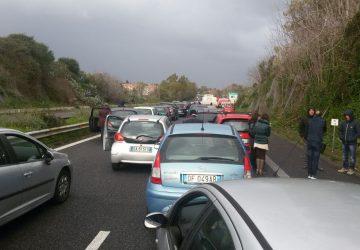A18, lunghe file in autostrada: fuori controllo autocisterna