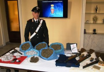 Armi e droga scovati a Librino. Un arresto