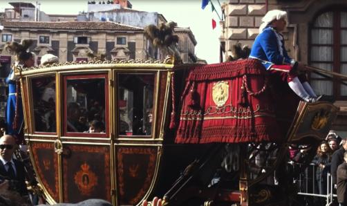 Catania, prima del passaggio della carrozza del Senato, cadono calcinacci in via Etnea