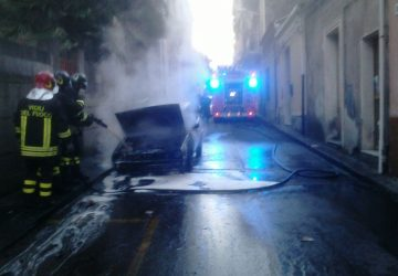 Giarre, auto in fase di marcia prende fuoco. Intervengono i vigili del fuoco