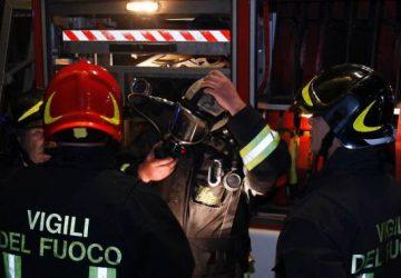 S.Alfio, a fuoco Fiat Panda senza targhe: intervento dei vigili del fuoco