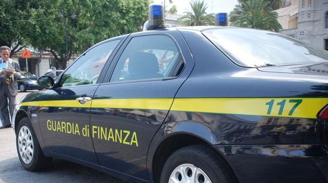 """Catania, la Guardia di finanza dona 300 paia di scarpe ai migranti sbarcati dalla """"Diciotti"""""""