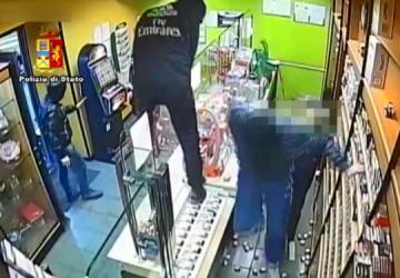 Catania, rapinano tabacchi: arrestati in 2. Ricercato terzo complice