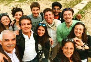 Giuseppe Carmeni con i suoi alunni in gita in Sicilia
