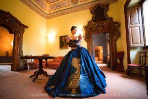 La modella Marika Alfonso in posa al Palazzo Cagnone di Francavilla di Sicilia 01
