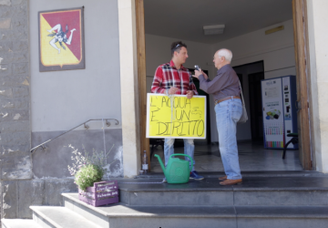 Valverde, manca l'acqua: si incatena per protesta