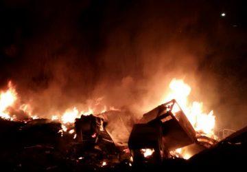 Giarre, a fuoco rifiuti ingombranti ed elettrodomestici in disuso. Intervento di Vvff e carabinieri