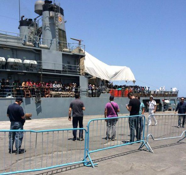 Al porto di Catania la nave Diciotti con 932 migranti a bordo