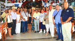 Angelo Savoca con alcuni degli ospiti intervenuti alla presentazione della sua pubblicazione