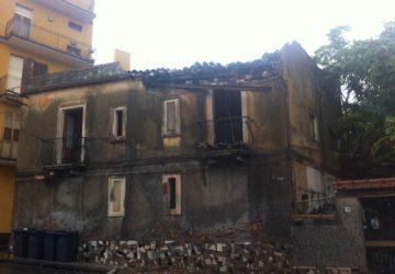Giarre, maltempo: crolla il tetto di un immobile VIDEO