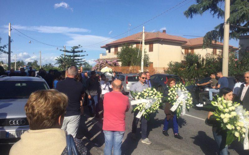 I funerali della neonata commuovono s leonardello video gazzettino online notizie cronaca - Incidente giardini naxos oggi ...