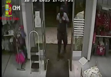 Catania, rapinano negozio: interviene poliziotto fuori dal servizio. Due arresti VIDEO