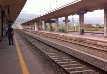 Catania, agenti della Polfer salvano due persone intente a gettarsi sotto un treno