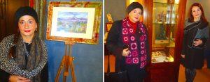 Francavilla di Sicilia, Sarah Angelico con un suo dipinto e con alcune sue sculture insieme all'assessore alla Cultura Claudia Russotti