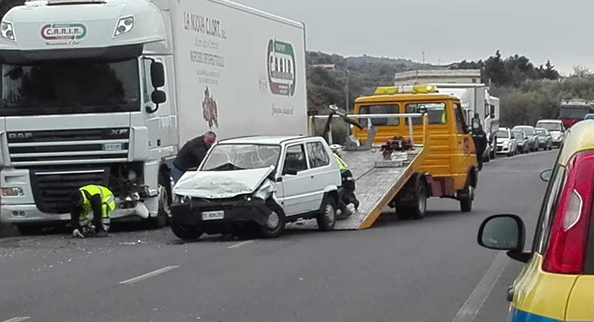 Adrano, Ss 284: incidente tra un camion ed auto. Feriti due giovani di Randazzo