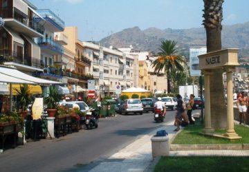 Dalla baia di Giardini Naxos alle vie del centro di Taormina è caccia agli abusivi. Nel mirino le mini crociere turistiche