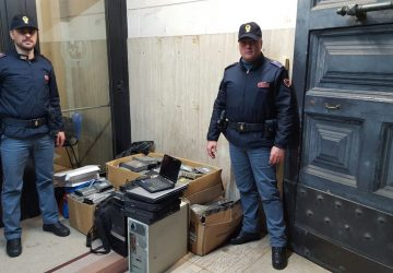 Catania, scovato laboratorio con oltre 200 centraline pronte per rubare auto