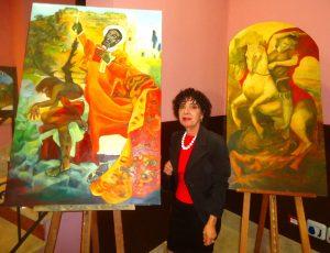 La pittrice Caterina Parrello con i suoi dipinti raffiguranti i compatroni di Calatabiano San Filippo e San Giorgio